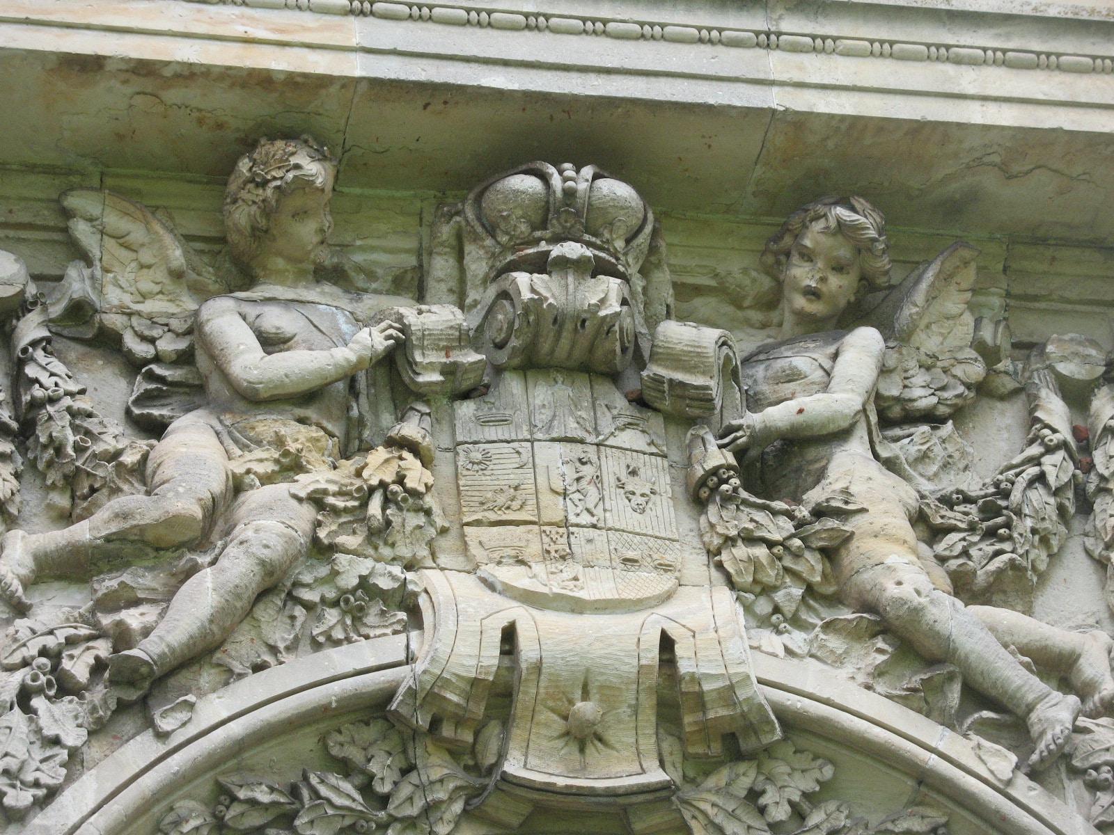 Blazonul familiei Cantacuzino de pe fațada sudică a Palatului Micul Trianon
