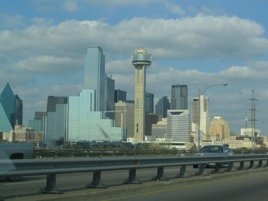 Panoramă a orașului de pe autostrada Interstate 35