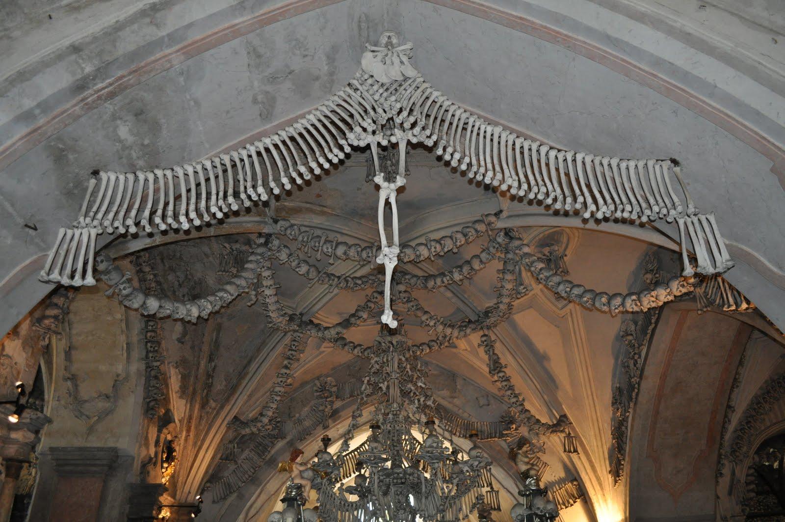 Decorații din oseminte sunt peste tot ăn Biserica Oaselor