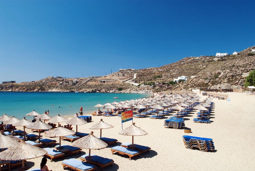 Plajele din Mykonos sunt motivul pentru ca turiștii se află pe insulă