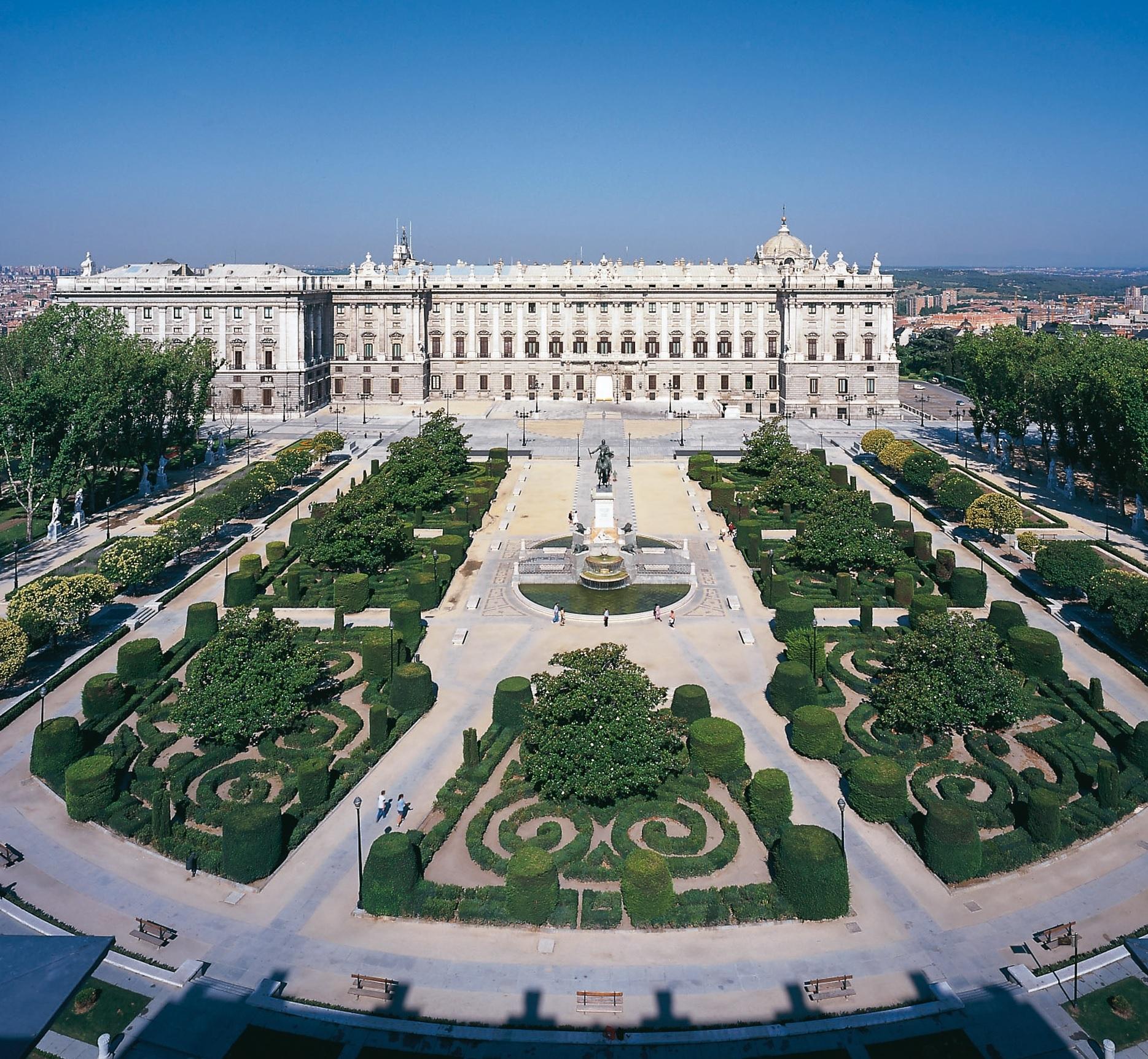 Plaza Oriente, gazdă a numeroase statui ale Reginelor Spaniei