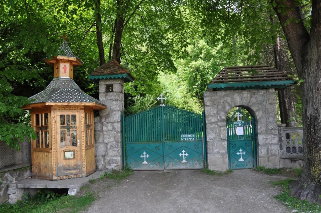 Poarta de intrare în curte la mânăstirea Dragoslavele