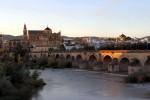 Podul din piatră duce spre intrarea în moschee