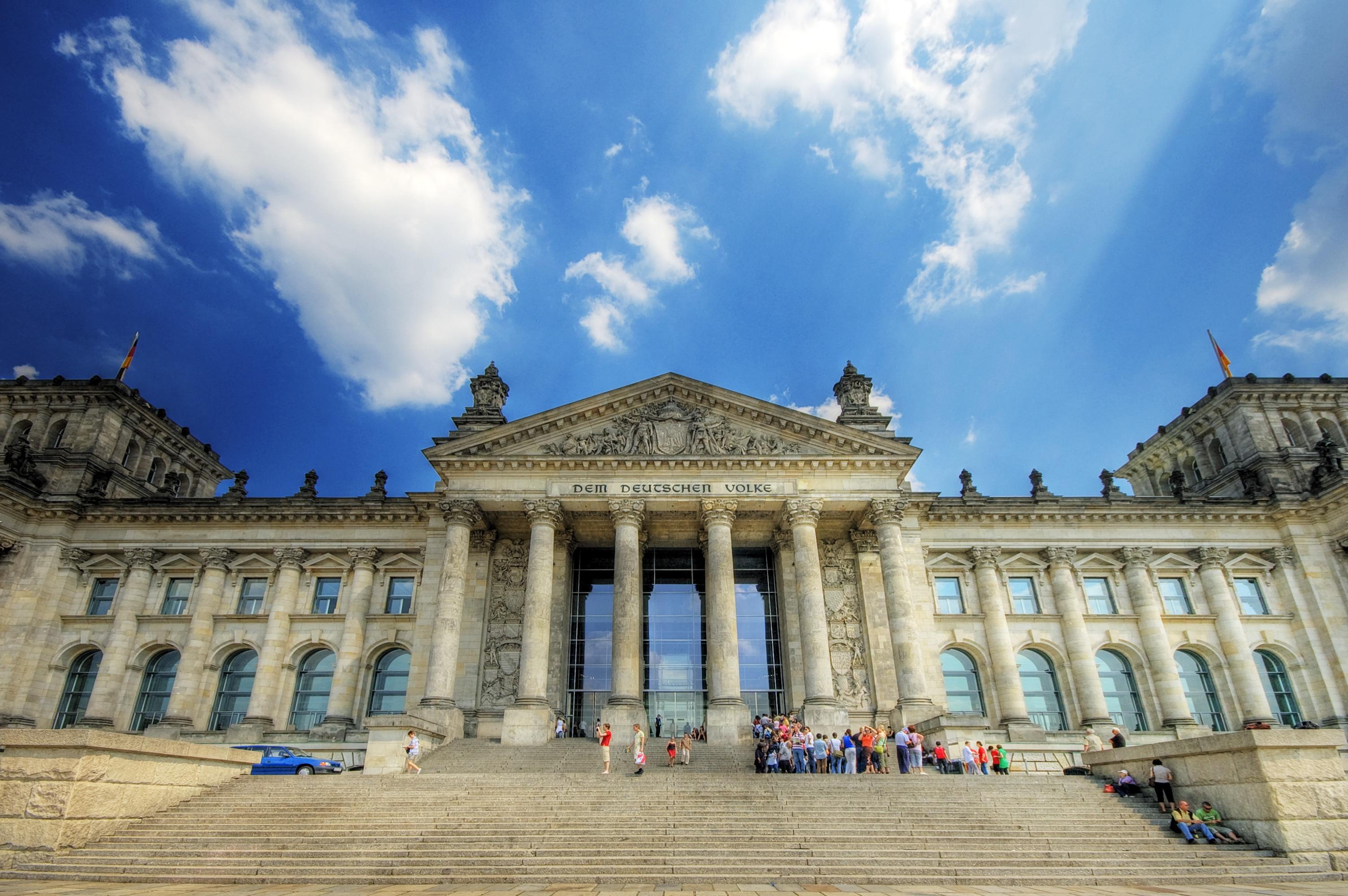 Poporului German inscripție ce tronează deasupra intrării principale în Reichstag