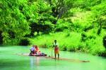 Plimbare cu pluta de bambus pe râurile din Jamaica, o experiență unică