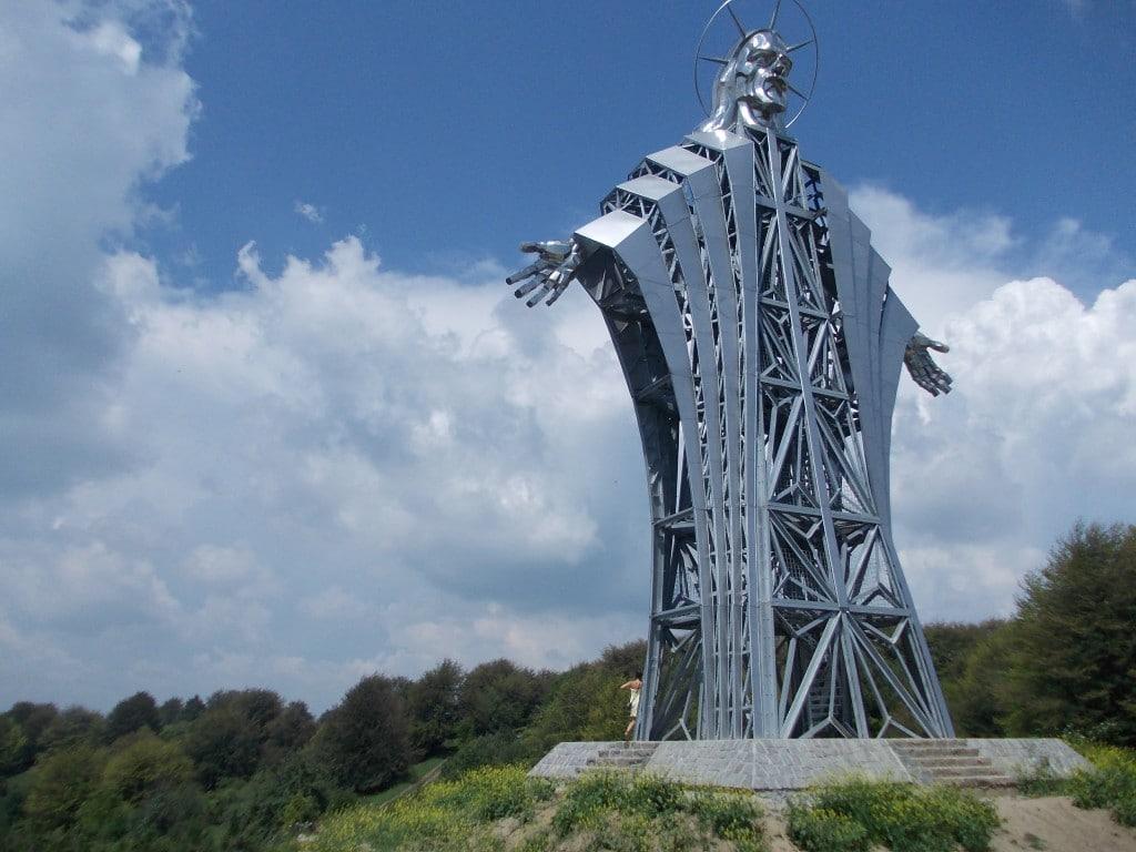 Raportat la dimensiunile unui om, statuia este destul de impunătoare