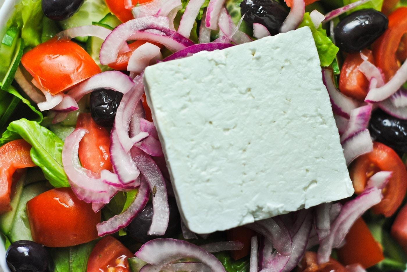 Salatele grecești sunt întordeauna însoțite de brânza Feta