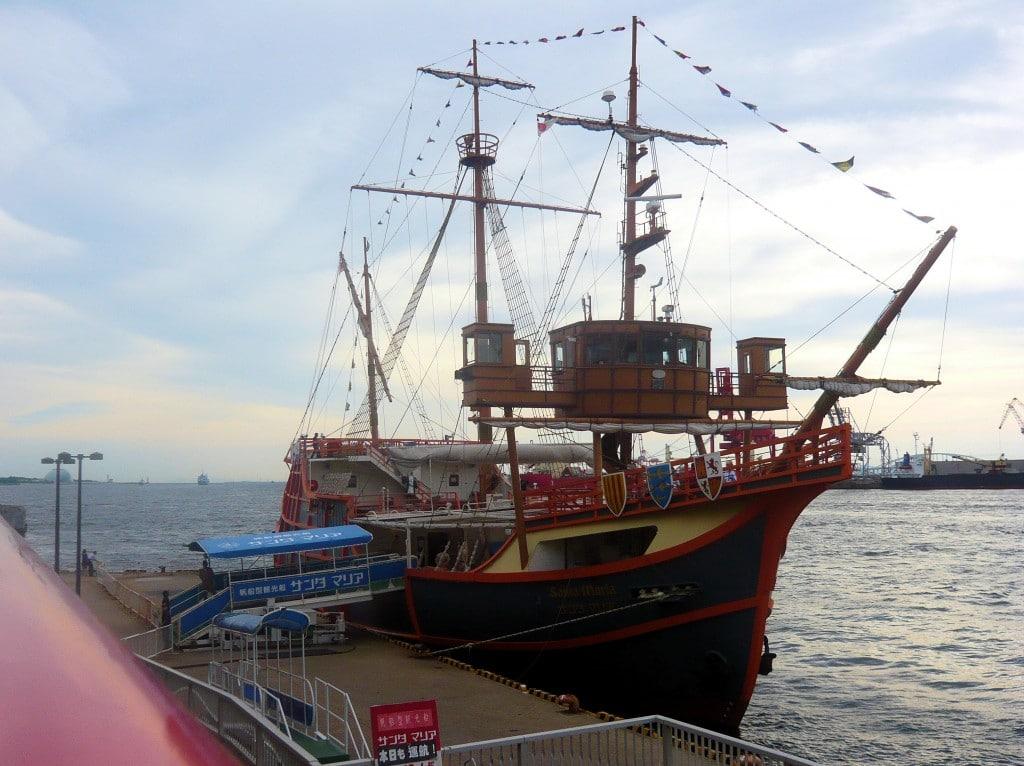 Santa Maria, o corabie care pare oarecum scoasă din context pe malurile portului Osaka