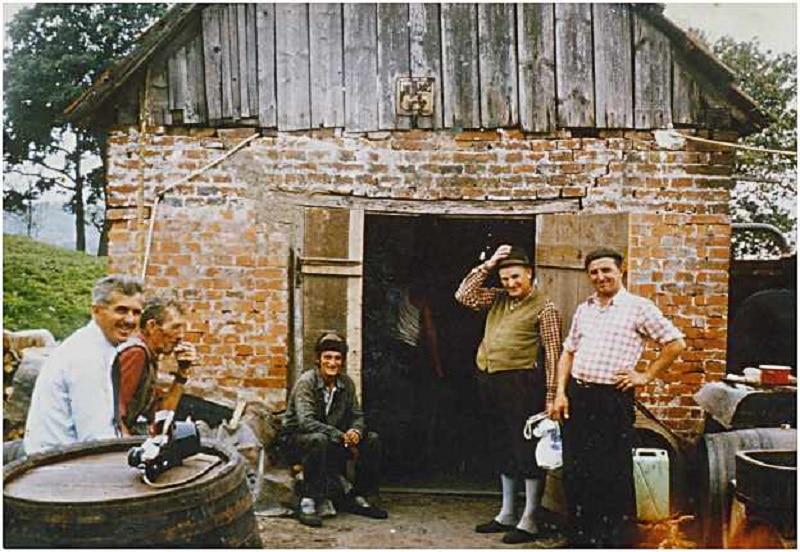 Locuitorii orașului Șarlota, la fiertul țuicii