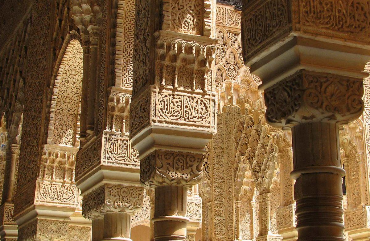 Sculpturi superbe decorează interioarele edificiilor