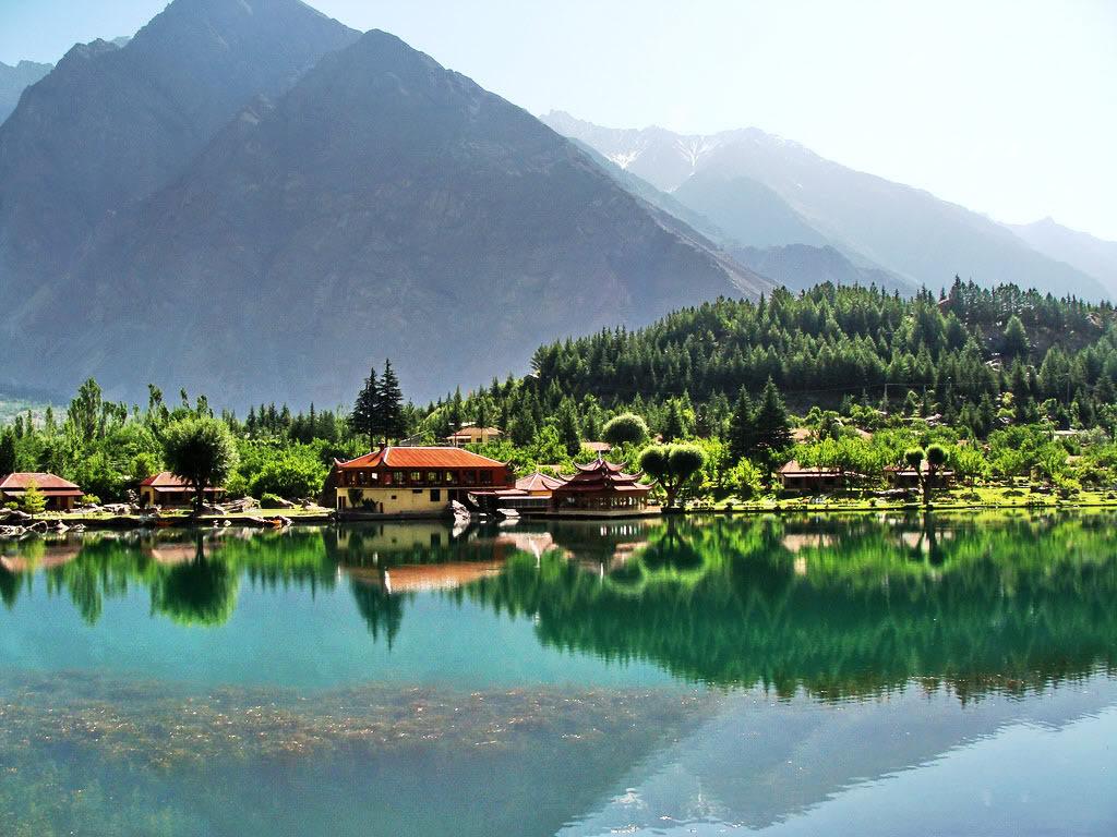 Shangri-La, unul dintre cele mai frumoase lacuri din lume