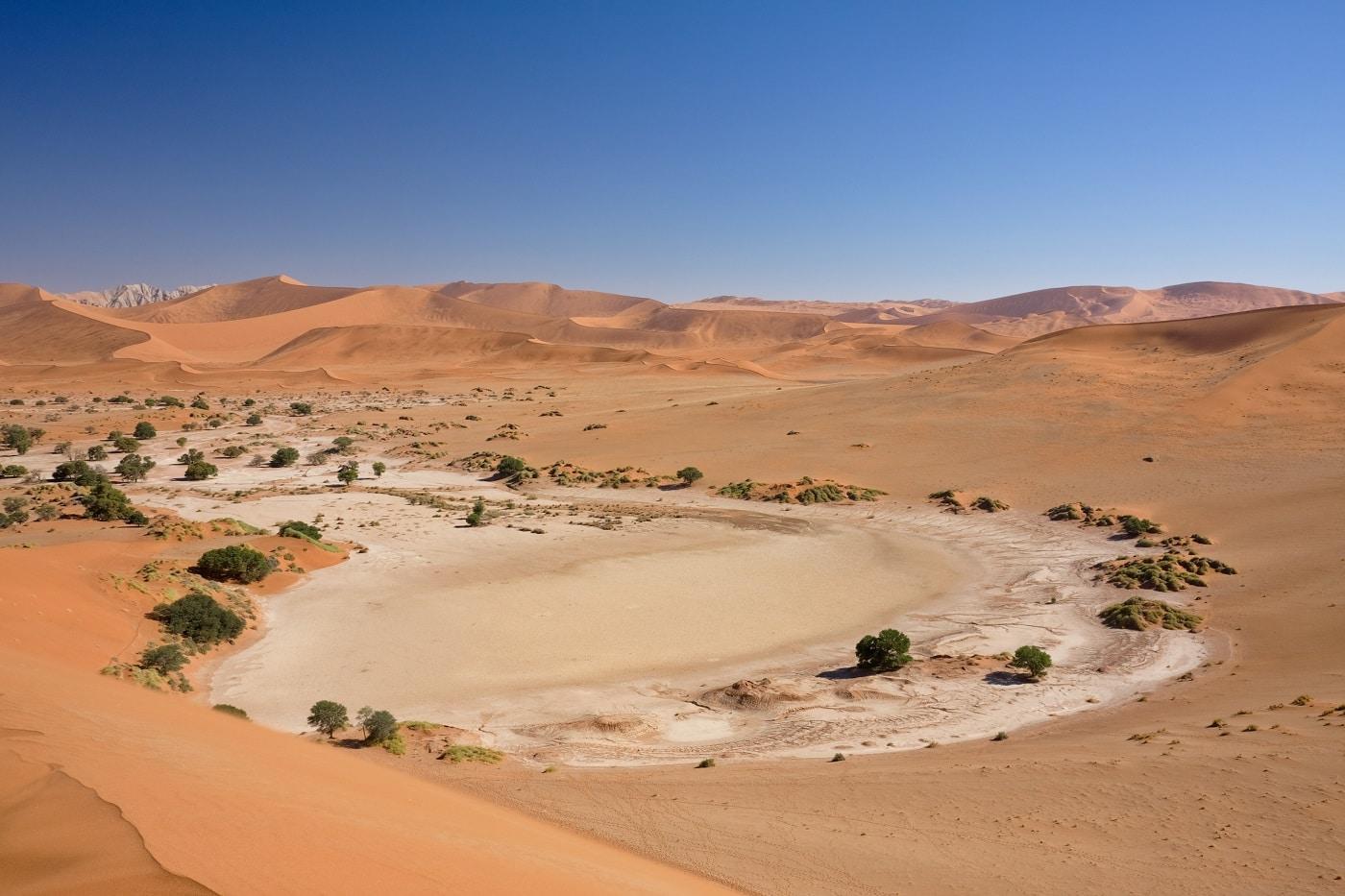 Sossusvlei, un teritoriu alcătuit din sare și argilă