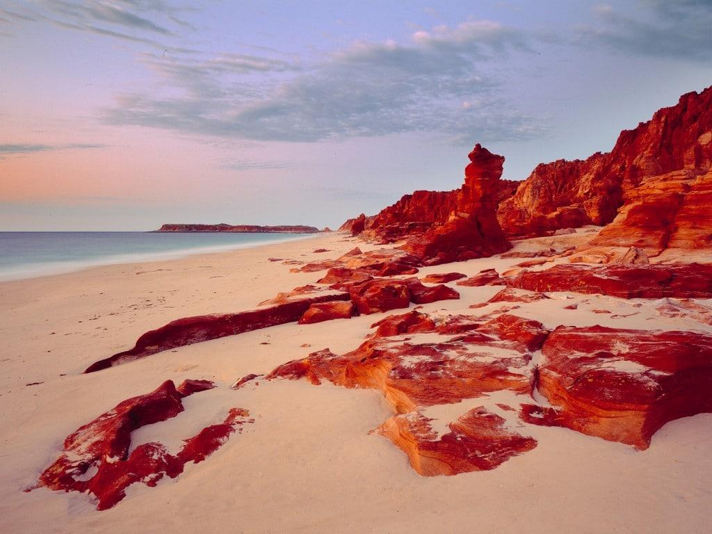 Stâncile par colorate în roșu la apus