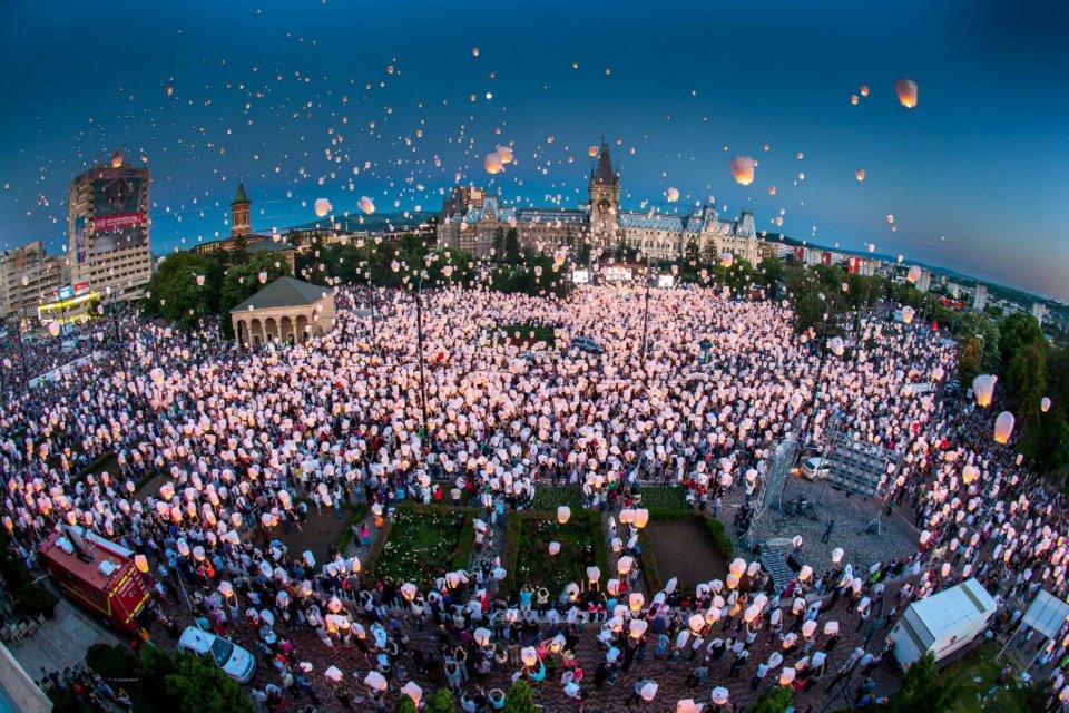 Sute de lampioane au urcat spre cer în seara lansării
