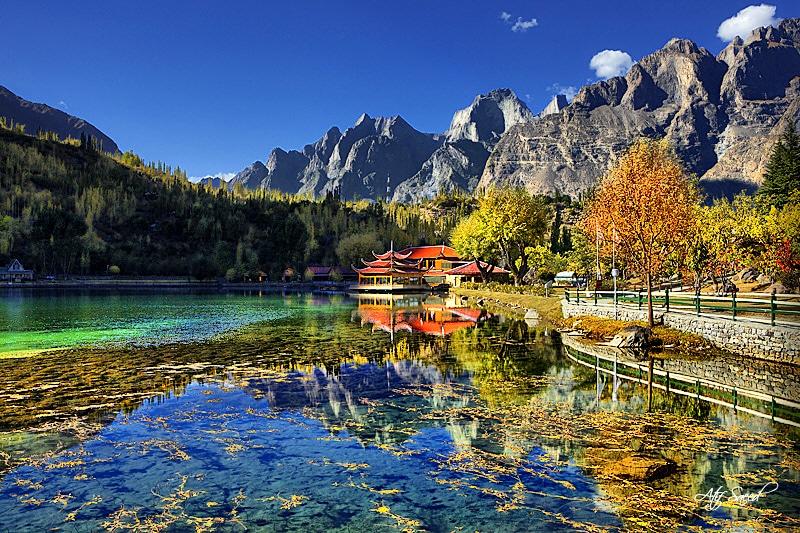 Toamnele aurii sunt splendide pe Lacul Shangri-La