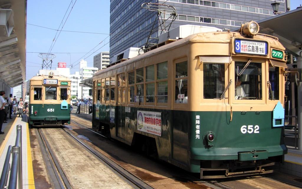 Tramvaiele vechi încă circulă pe șinele din Hiroshima