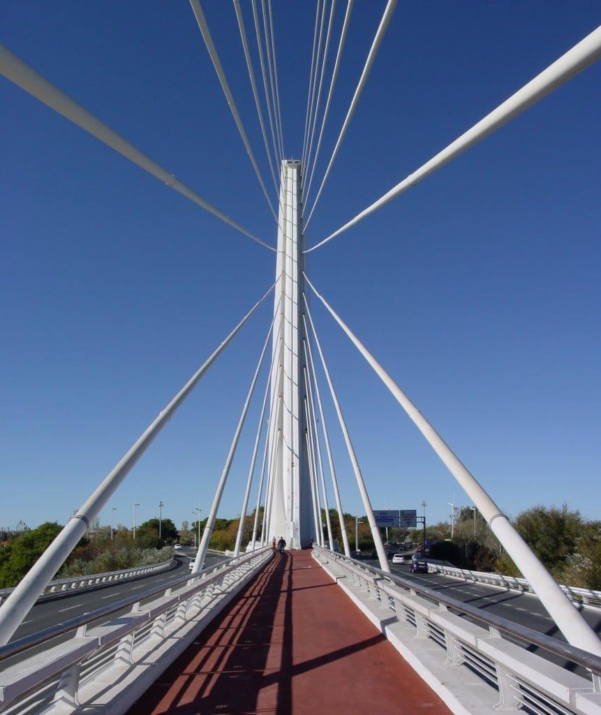 Trotuarul central al podului în zona de ancorare a cablurilor