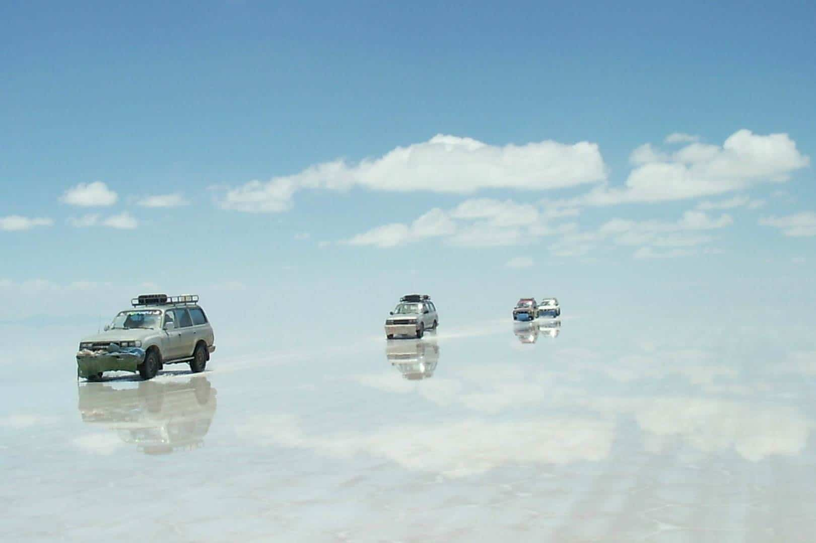 Turiști explorând zona inundată