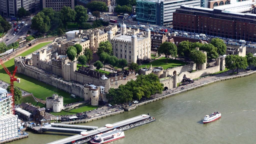 Turnul Londrei, asediat de clădiri moderne