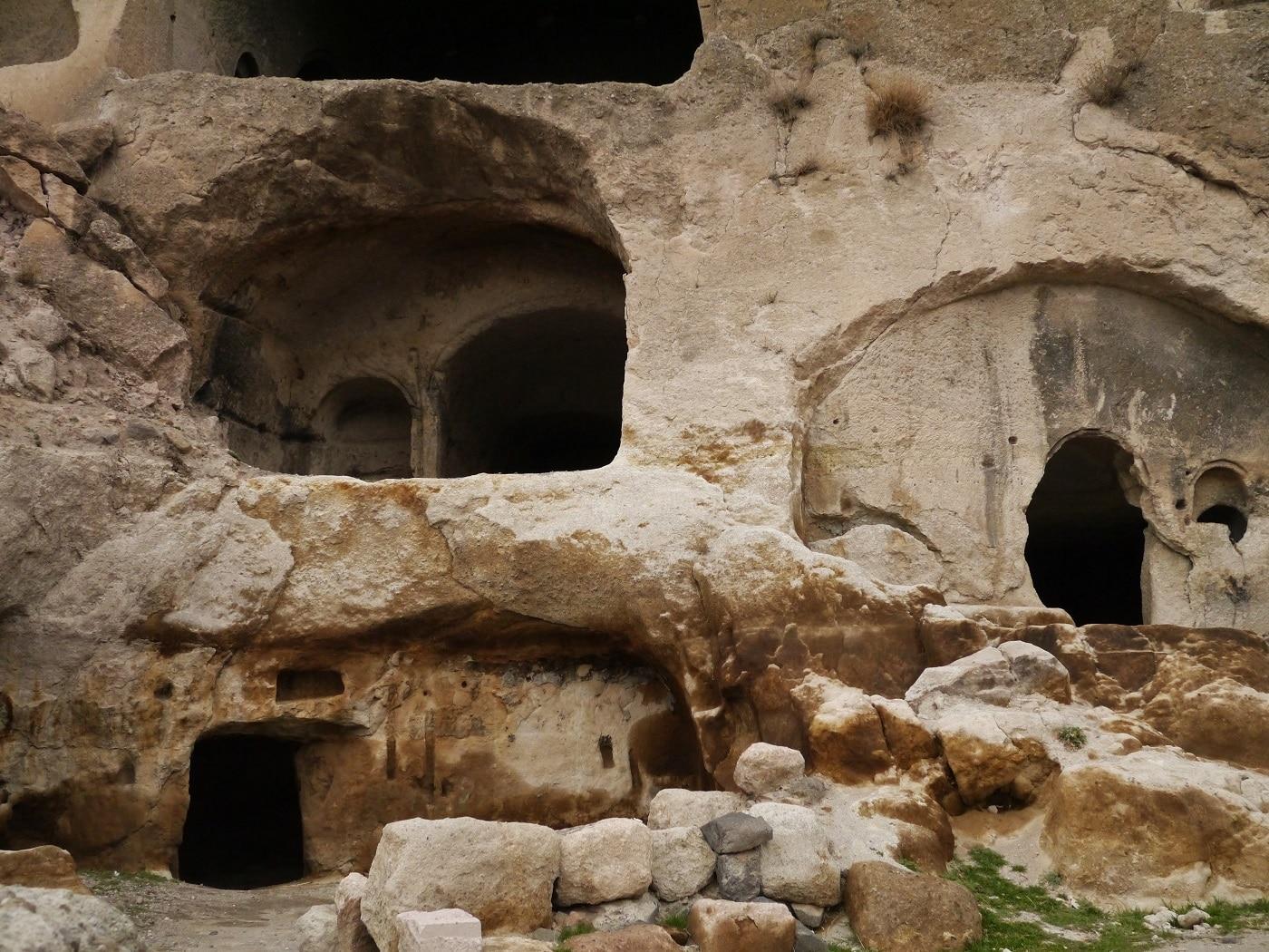 Ușile decupate în piatră sunt calea de acces spre interior