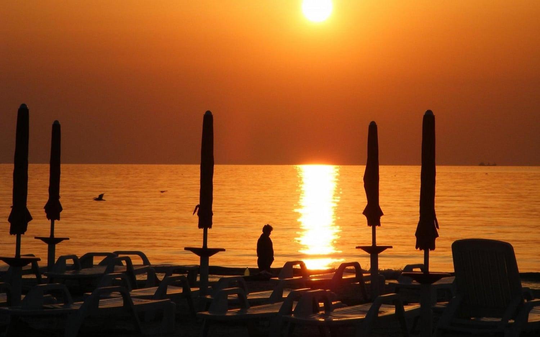 Un apus de soare splendid, pe plajă