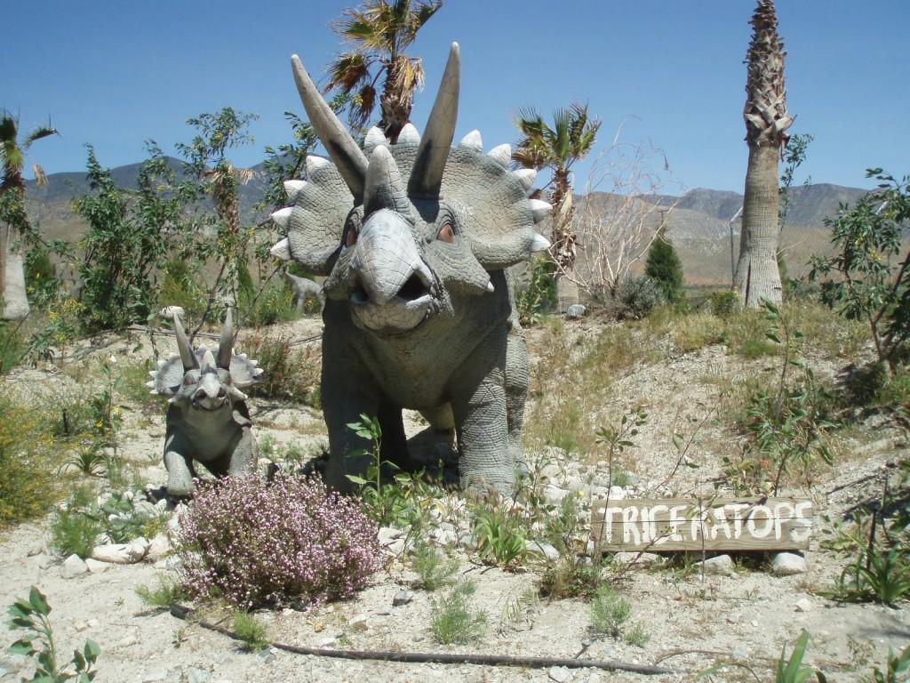 Un triceratops cu puiul