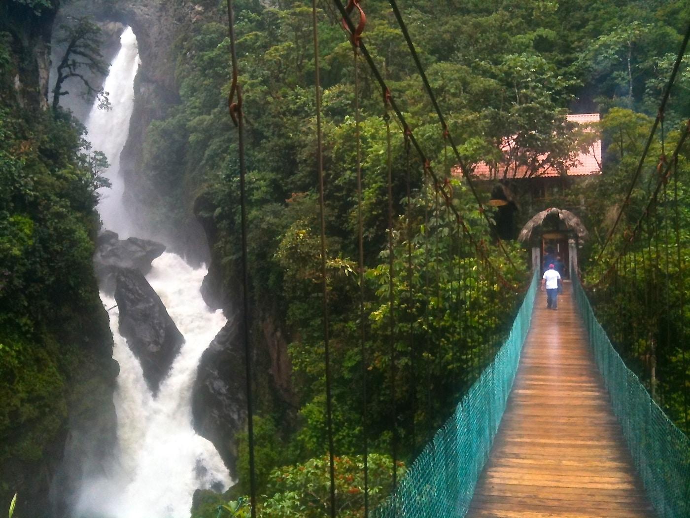 Una dintre cele 60 de cascade din Baños