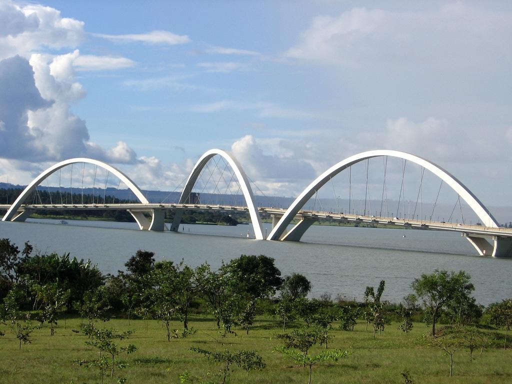 Unul din podurile cu aspect futurist ale orașului