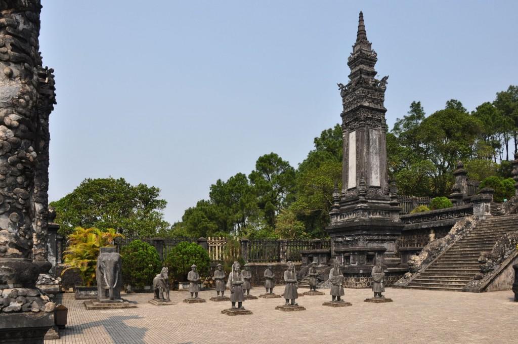 Unul dintre cele două obeliscuri
