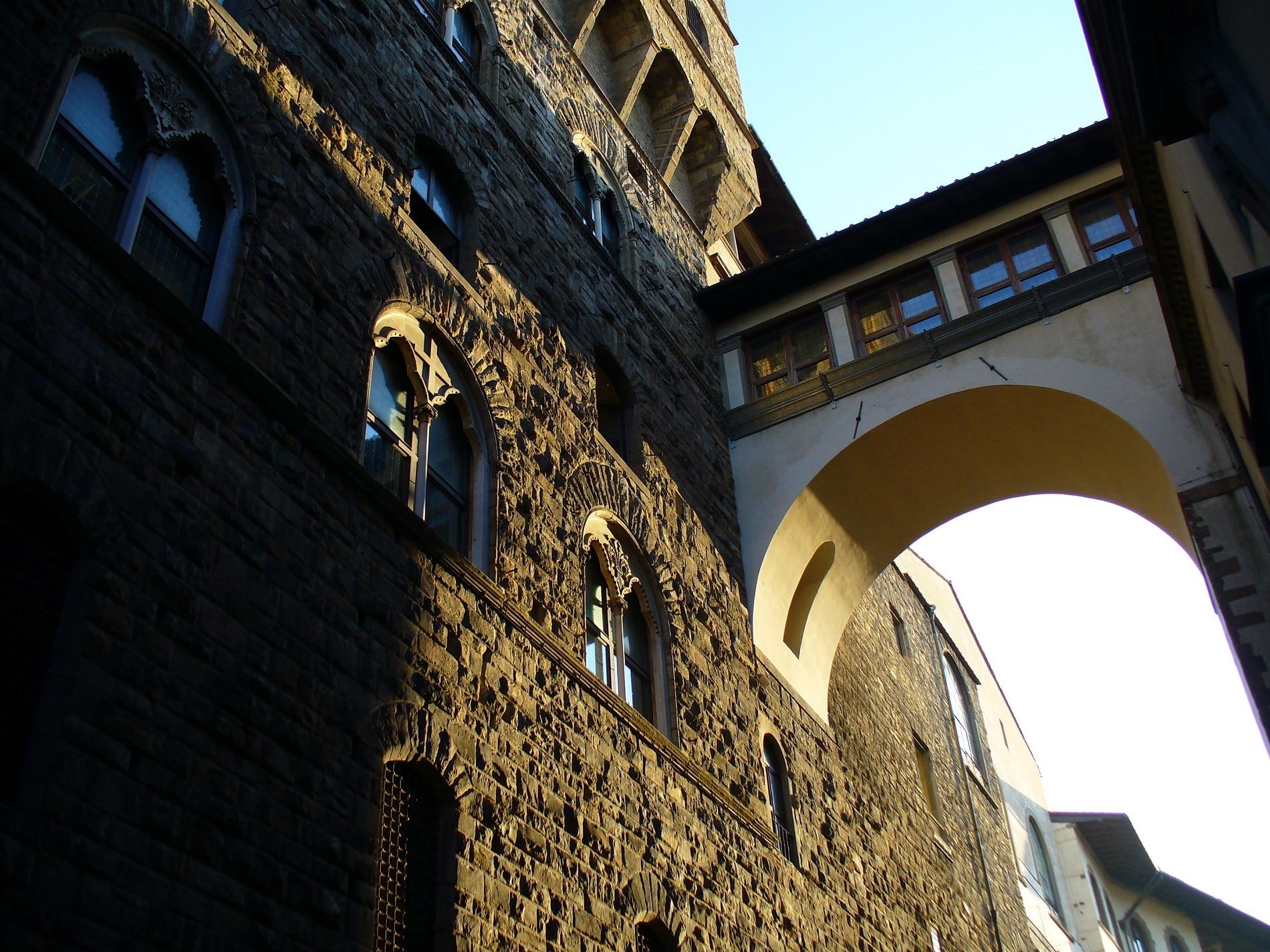 Coridorul Vasari -pasajul ce permite legătura dintre Galeriile Uffizi și Palatul Pitti