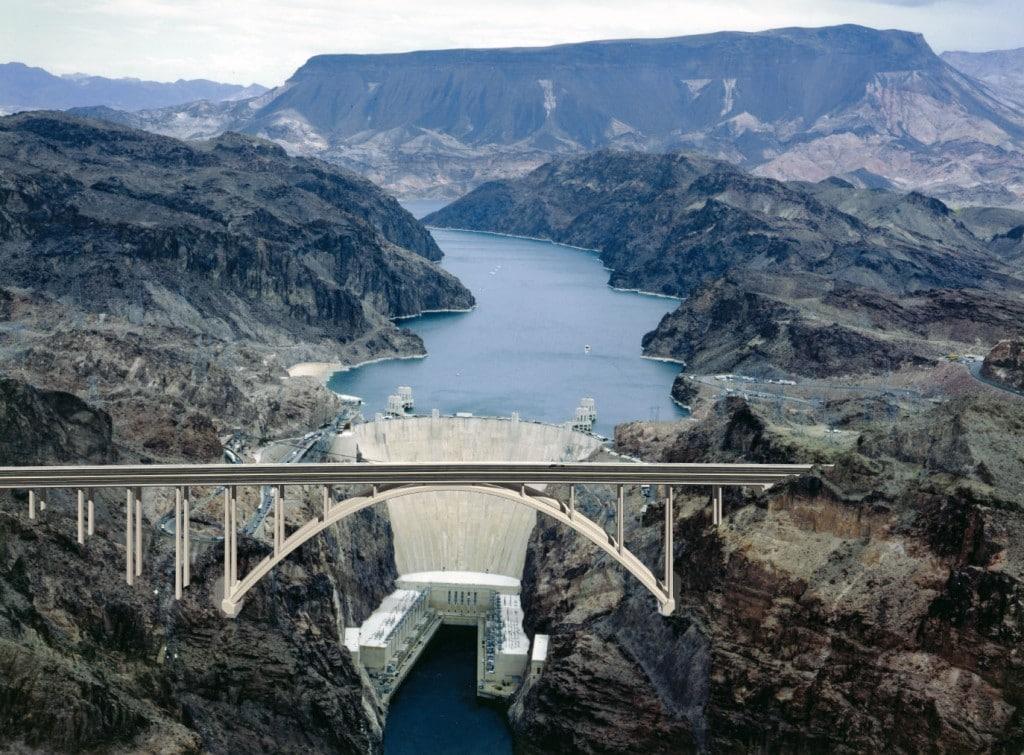 Viaductul construit peste canion a fost gândit ca o rută ocolitoare pentru ca mașinile să nu mai traverseze pe deasupra barajului