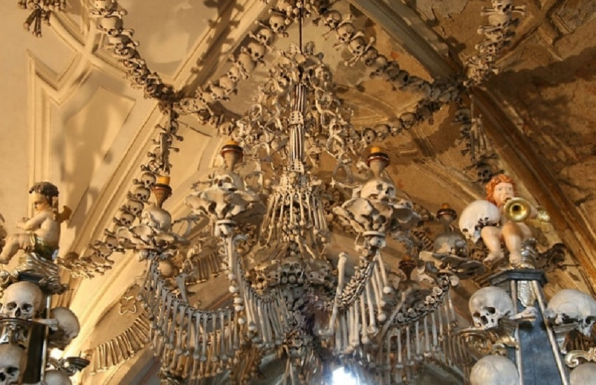 """Osuarul Sedlec sau """"Biserica Oaselor"""" din Cehia- o atracție inedită"""