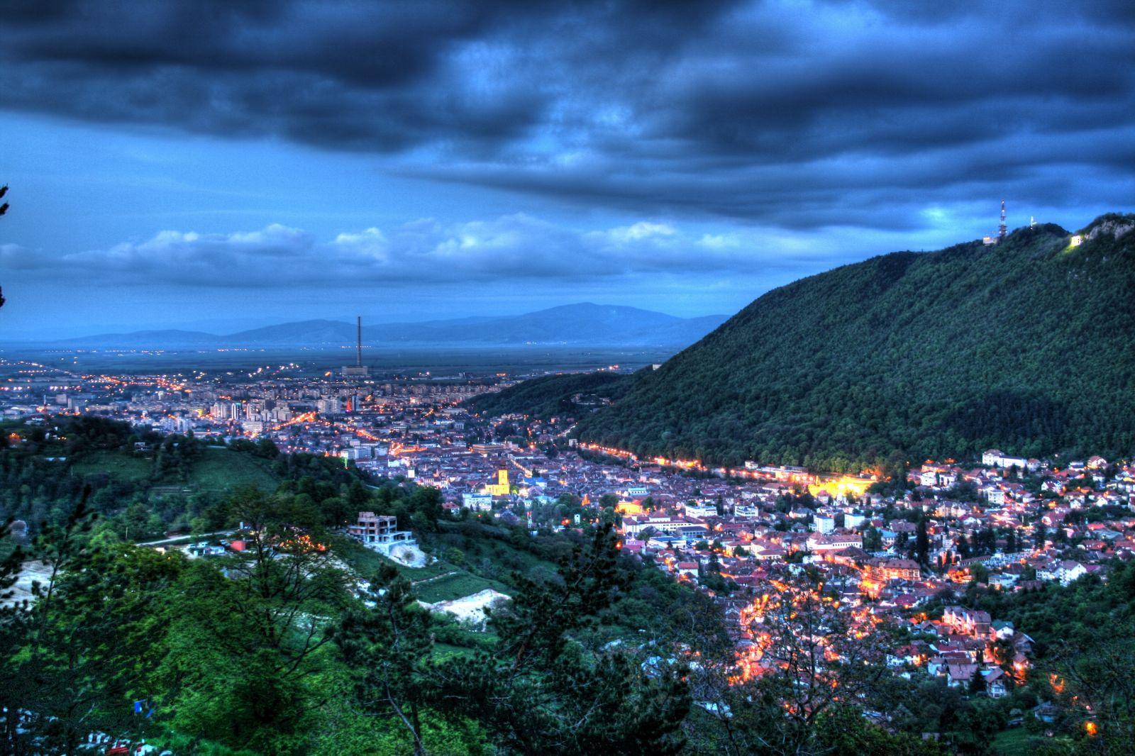 Vedere nocturnă asupra orașului Brașov