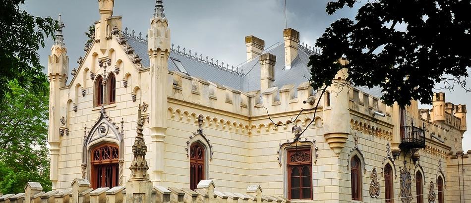 Accentele stilului neogotic predomină în clădirea Castelului Sturdza