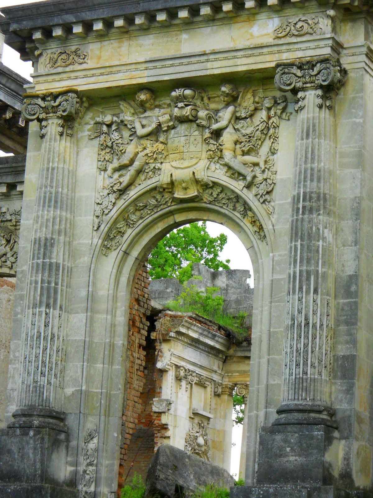 Finisajul exterior al Palatului a fost realizat cu calcar alb de Albești - un material foarte prețios la vremea respectivă