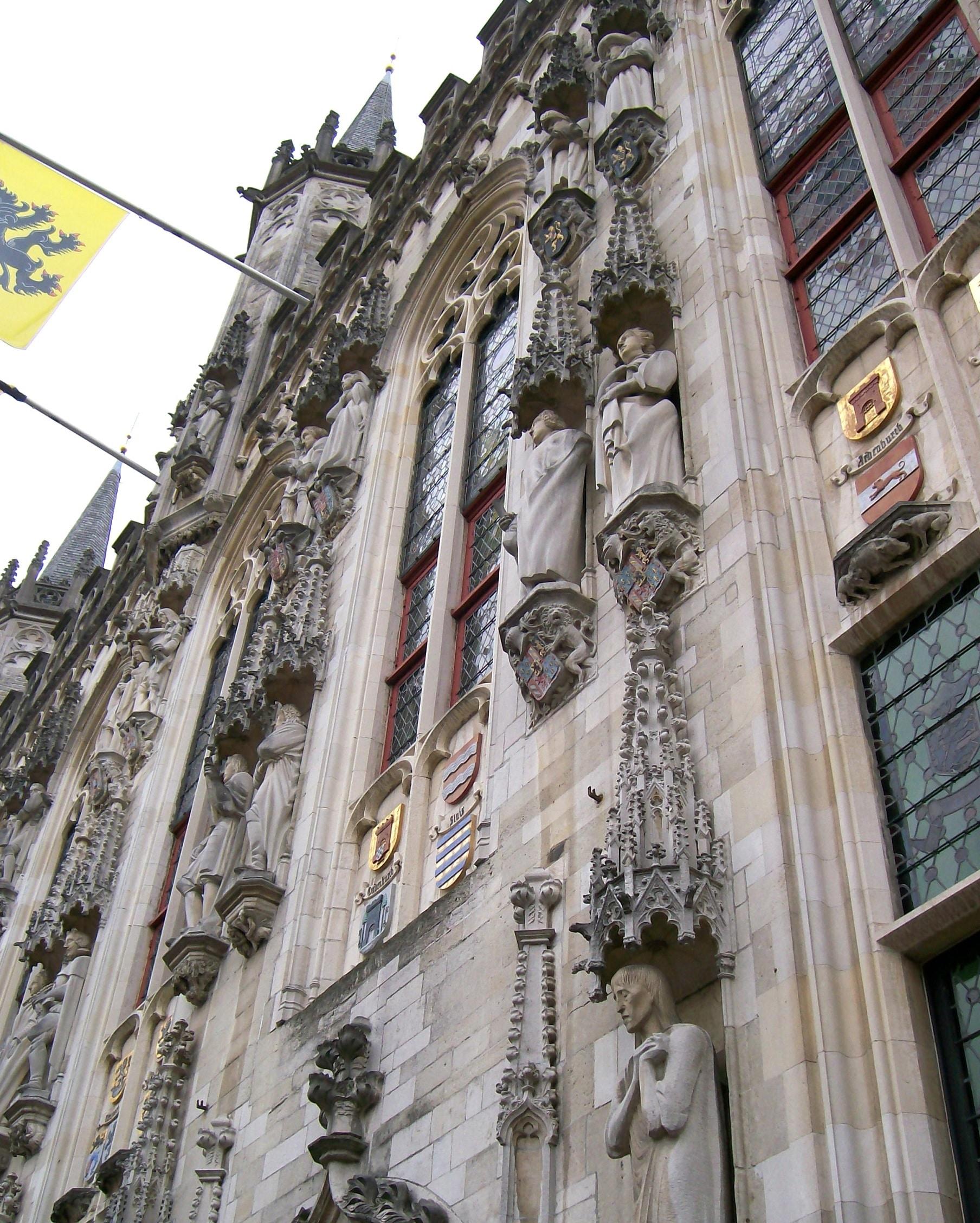 Stilul gotic este prezent pretudindeni în clădirea Primăriei din Bruges