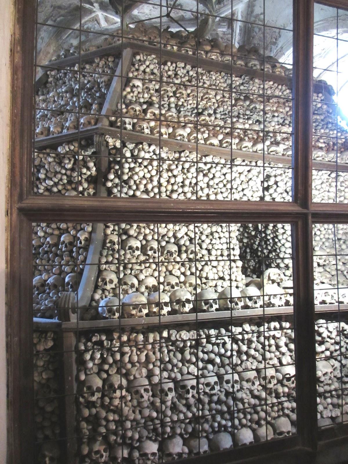 În spatele grilajului se află osemintele scoase din cimitirul bisericii