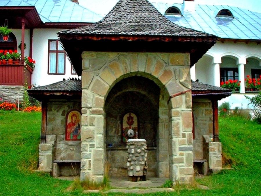 La plimbare în curtea Mănăstirii Suzana