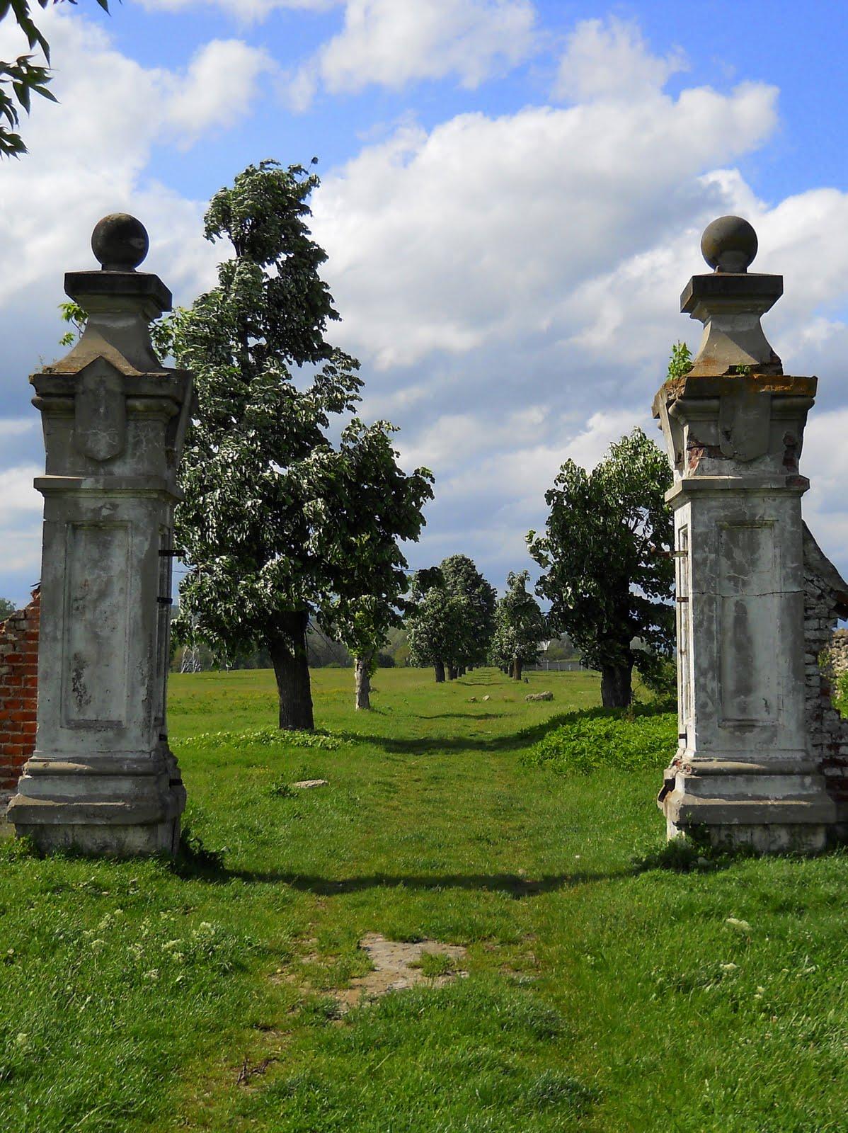 Sculpturi și arbori din parcul Palatului Micul Trianon