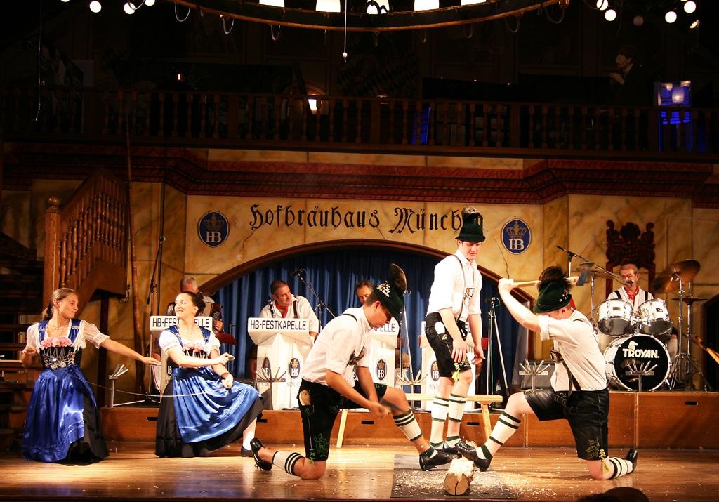 Spectacol din sala Festival din berăria Hofbrauhaus