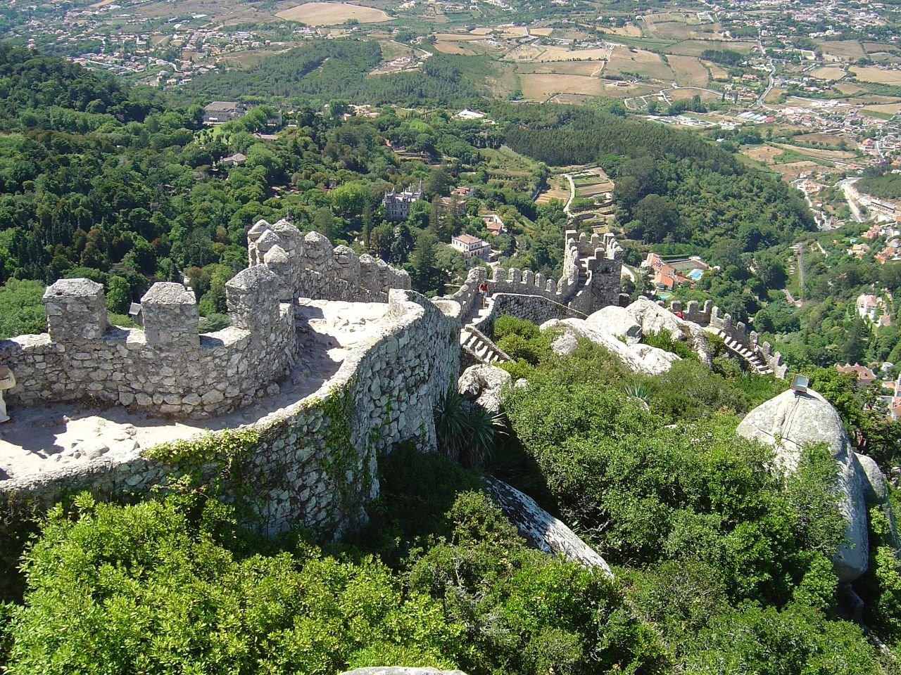 Dealurile înalte și vedetația bogată a orașului Sintra