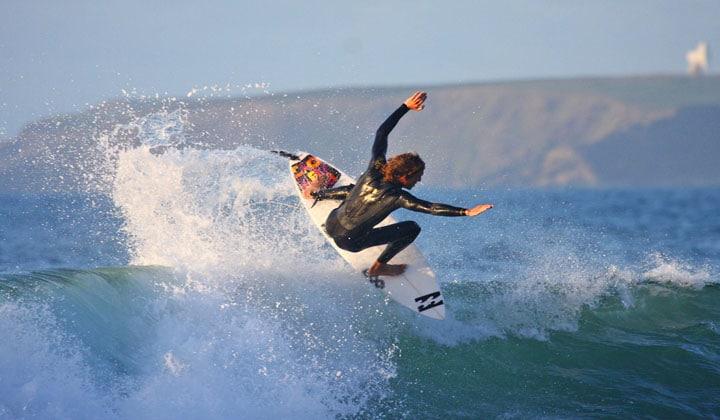 Valuri perfecte pentru surf în Meia Praia