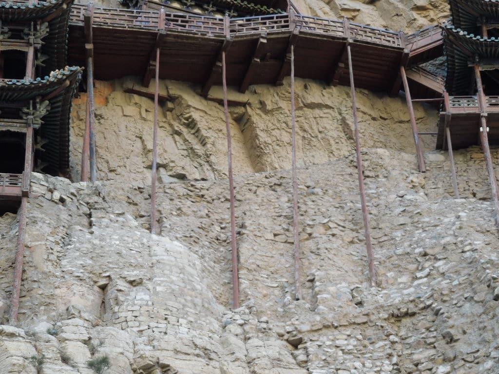 Templul Suspendat este susținut doar de câțiva stâlpi și de grinzi transversale rezistente