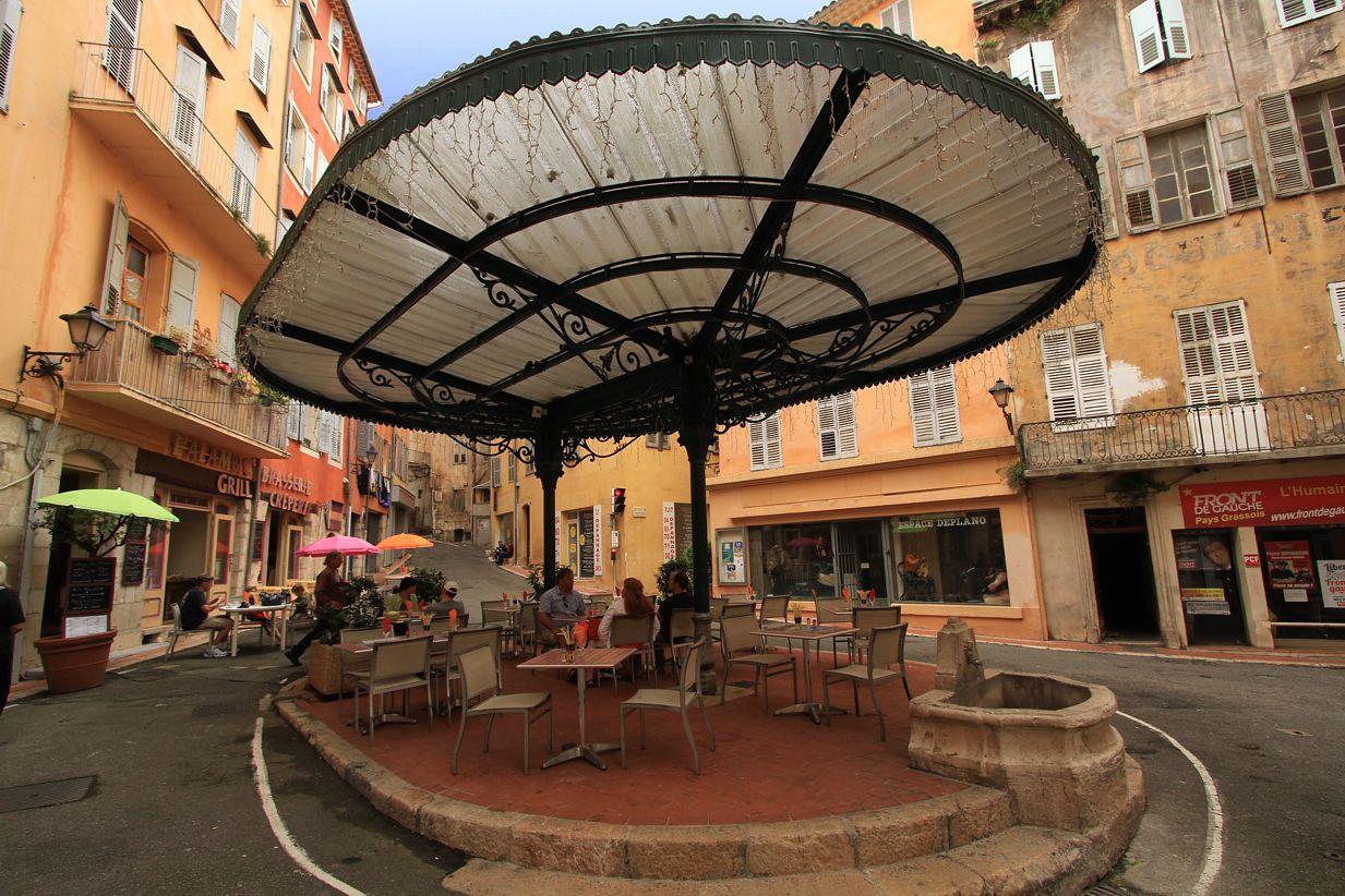 În centrul orășelului există câteva mini-terase unde te poți relaxa