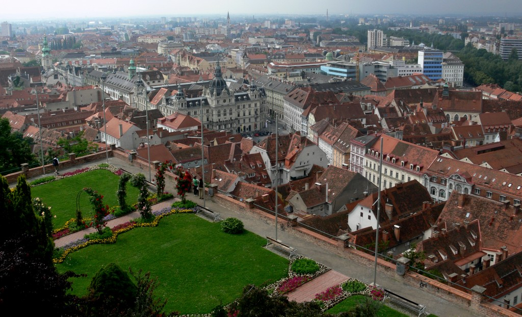 Acoperișurile din șindrilă domină bună parte din Graz, case clasice dar excelent păstrate