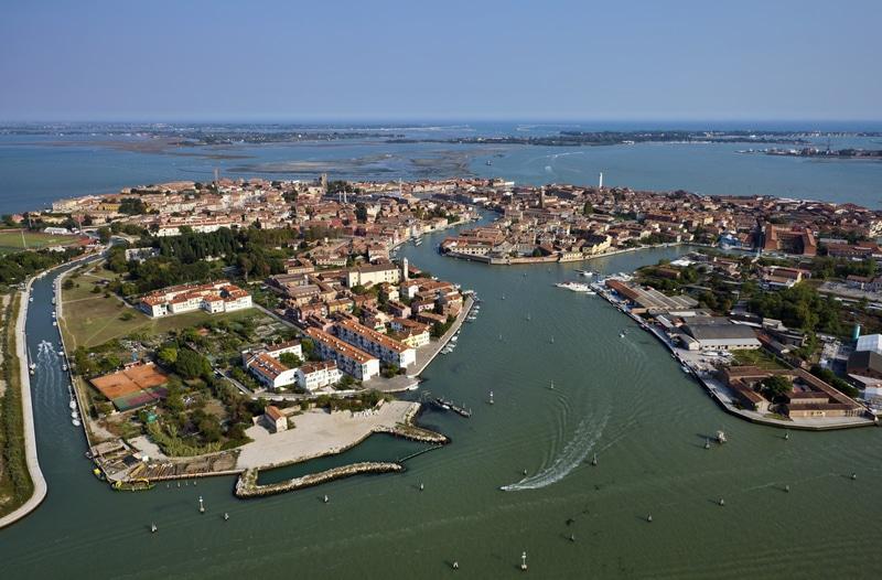 Vedere de sus asupra lagunei Venețiene din care face parte și Insula Murano
