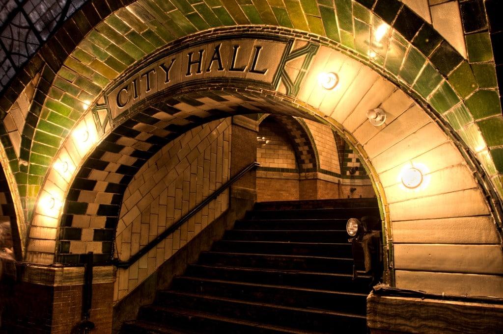 Arcada ce duce la peronul City Hall