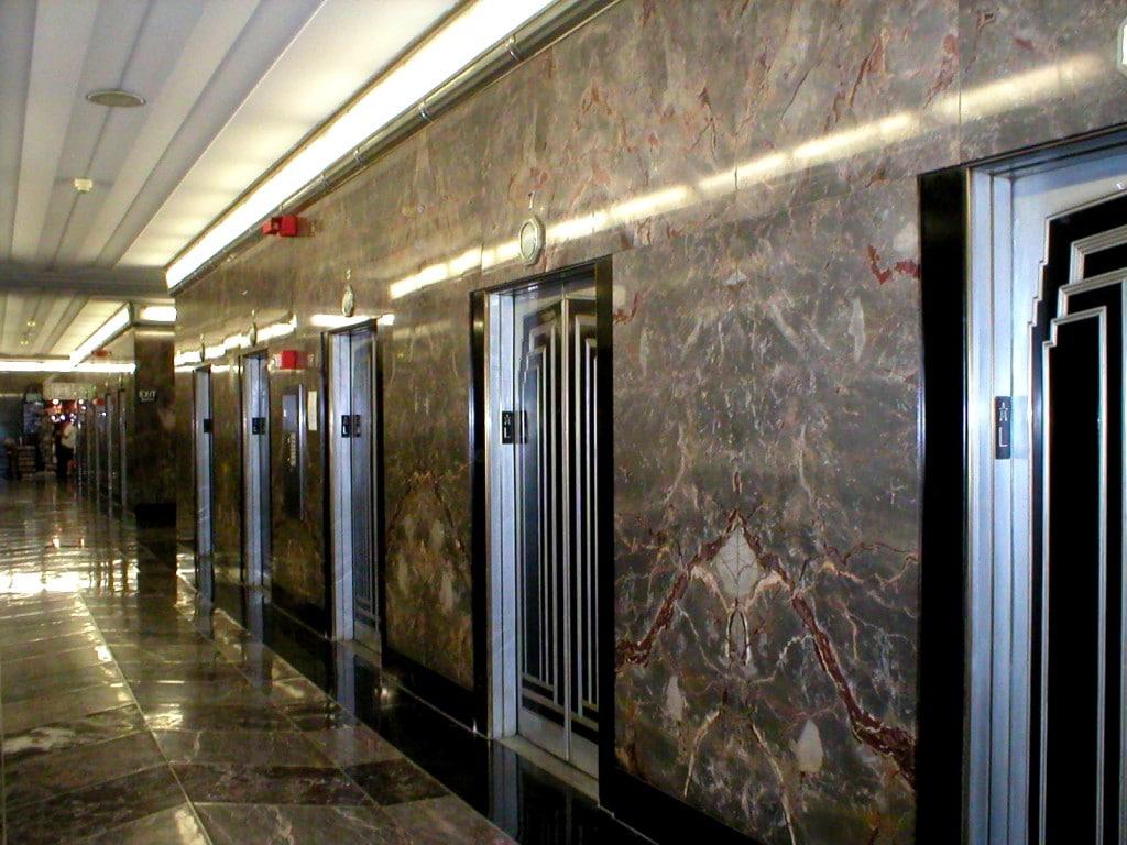 Câteva dintre cele 60 și ceva de lifturi ale clădirii