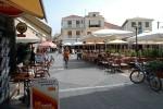 Centrul orașului Lefkada cu străduțe înguste și multe taverne