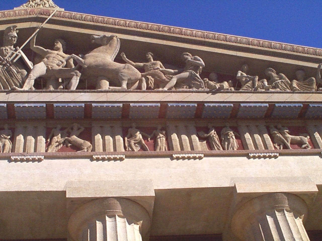 Atena cu zeița Nike într-o mână și scutul și sulița în cealaltă